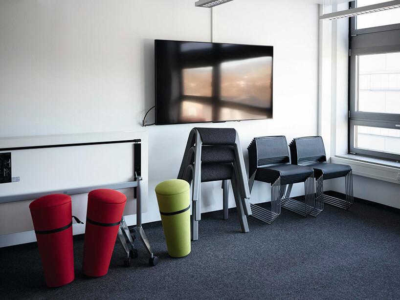 nowoczesne kolorowe siedziska Stand Up od Wilkhahn na sali konferencyjnej