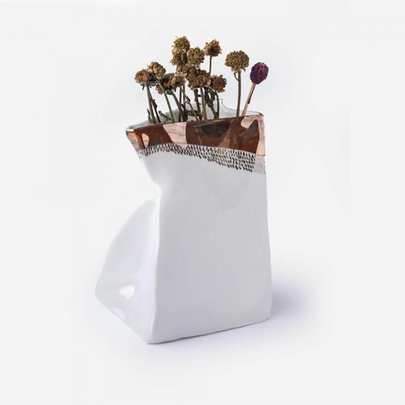 biały wgnieciony wazon ze złotym fragmentem ikwiatami