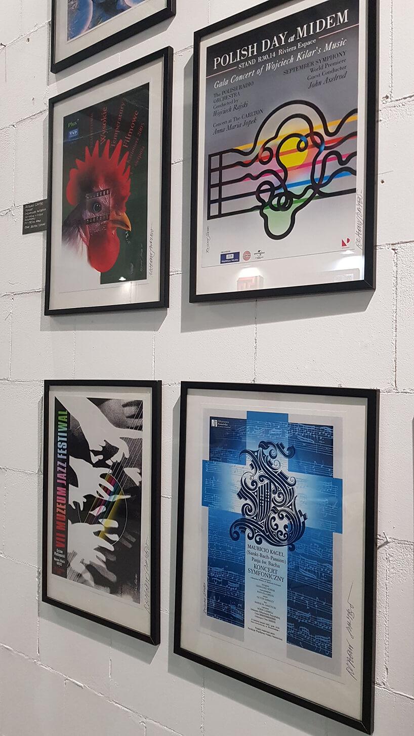 plakaty wczarnych ramkach na białej ścianie autorstwa Rosława Szaybo