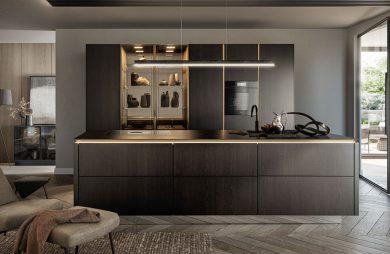 elegancka ciemna zabudowa kuchenna ze złotymi akcentami w nowczenym wnętrzu