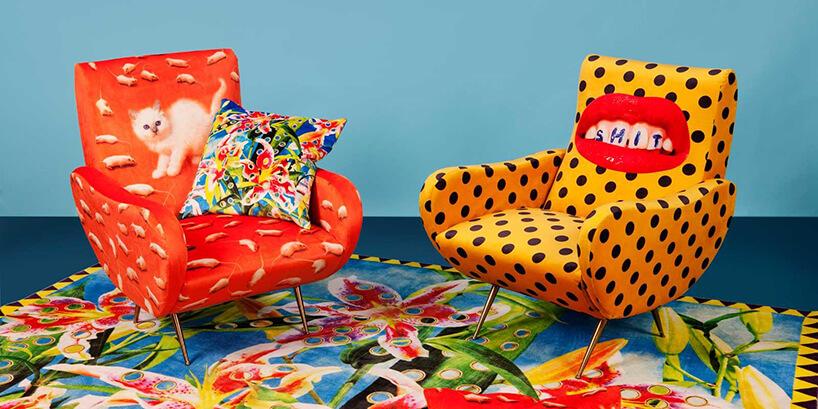 dwa wielobarwne fotele wstylu pop art