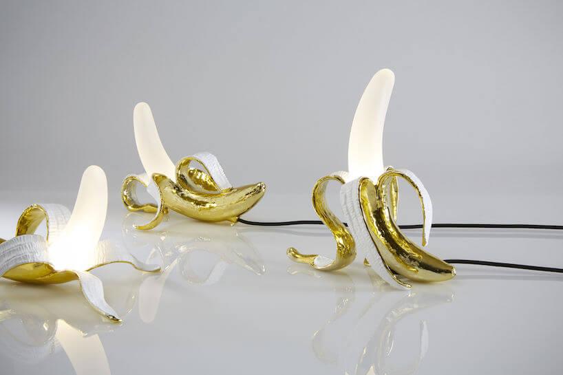 lampa Banana wstylu pop art trzy wkształcie obranych do połowy bananów wzłotej skórce