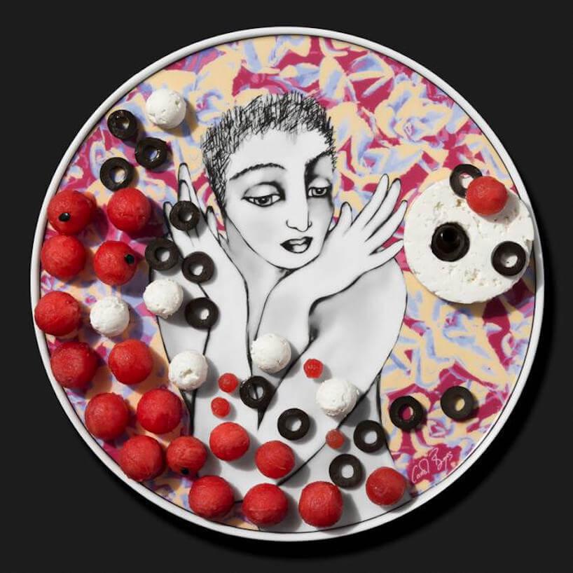 talerz Pop Art kobieta ze splecionymi wokół szyi rękoma pośród róż