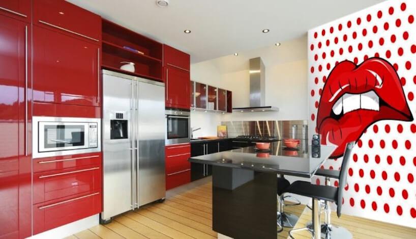 czerwona błyszcząca kuchnia zfototapetą pop art od M2 Studio czerwone usta na białej powierzchni wczerwone kropki