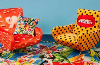 dwa wielobarwne fotele w stylu pop art
