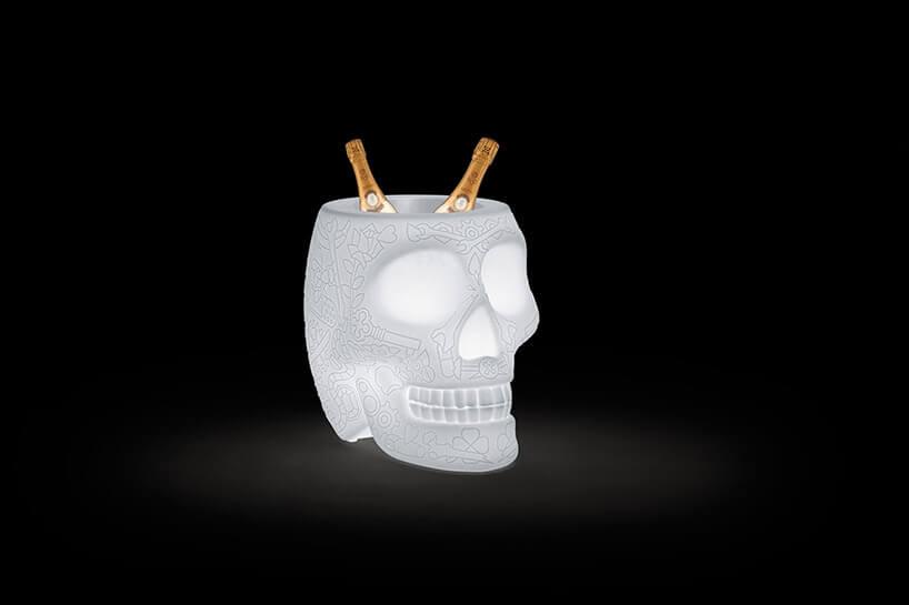 biała czaszka służąca jako pojemnik na szampana