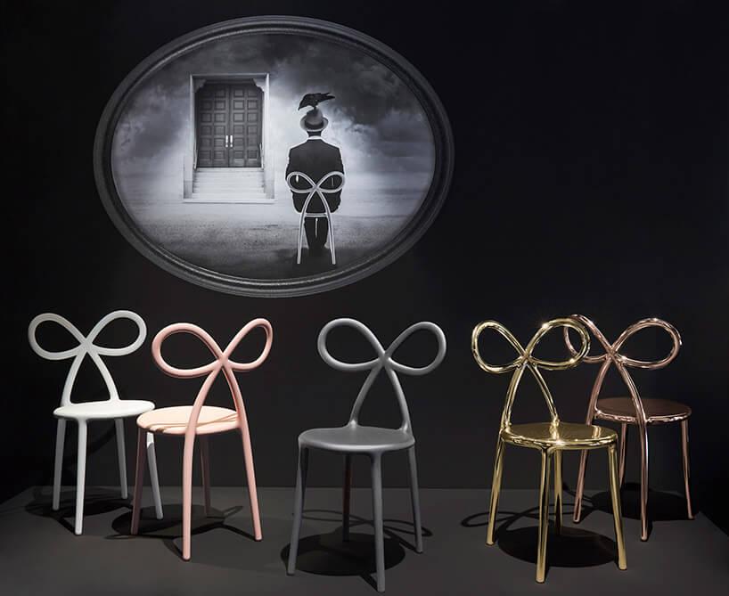 różnokolorowe krzesła zoparciami wkształcie kokardy