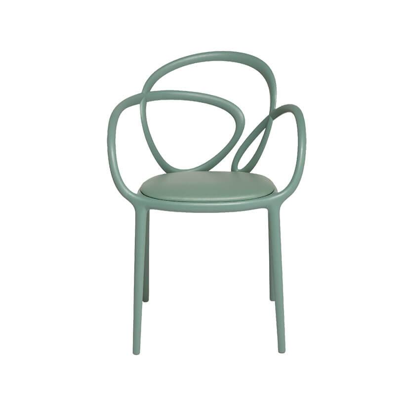 zielone krzesło zpowyginanym oparciem