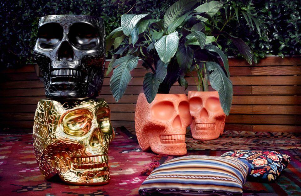 różnokolorowe pojemniki w kształcie czaszki