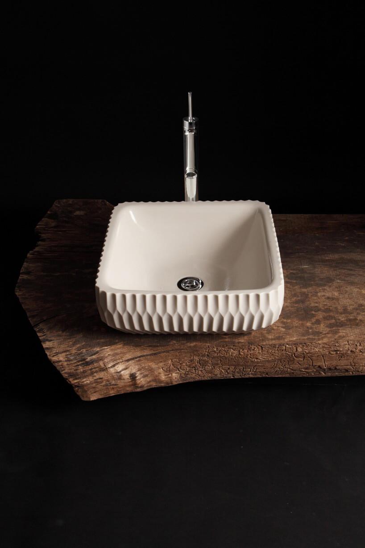 biała umywalka na drewnianej desce
