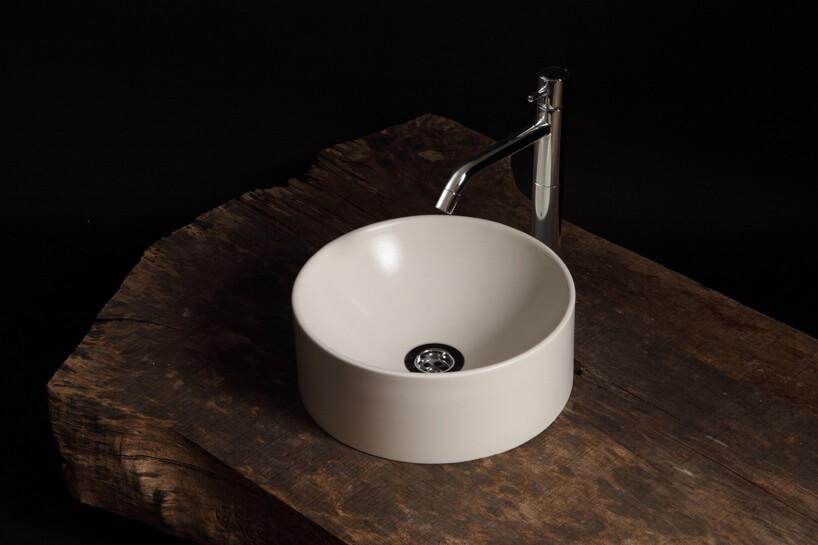okrągła biała umywalka