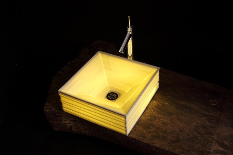 świecąca kwadratowa umywalka zfakturą
