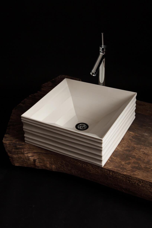 kwadratowa umywalka zpoziomom faktura