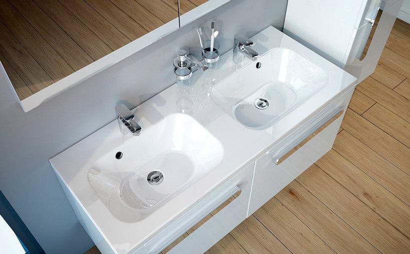 podwójna biała umywalka wwiszącej szafce