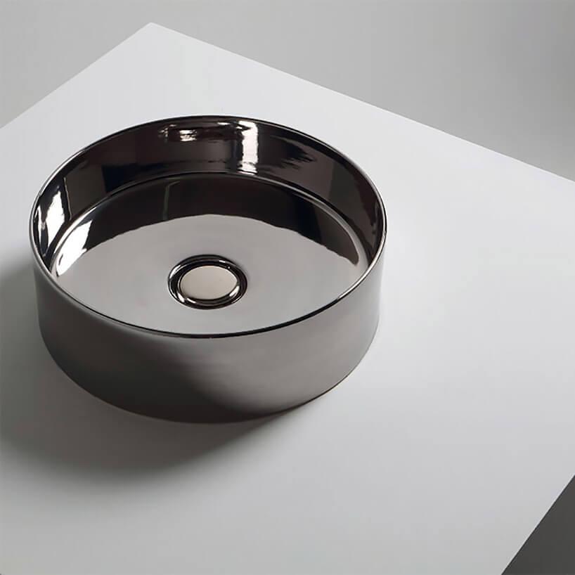 srebrna błyszcząca umywalka wolnostojąca