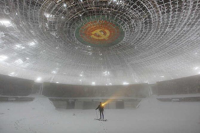 wielkie wnętrze porzuconego budynku