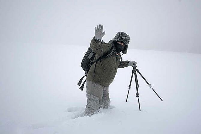 człowiek wgłębokim śniegu