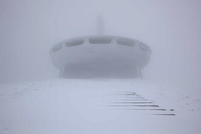 ogromny budynek wzamieci śnieznej
