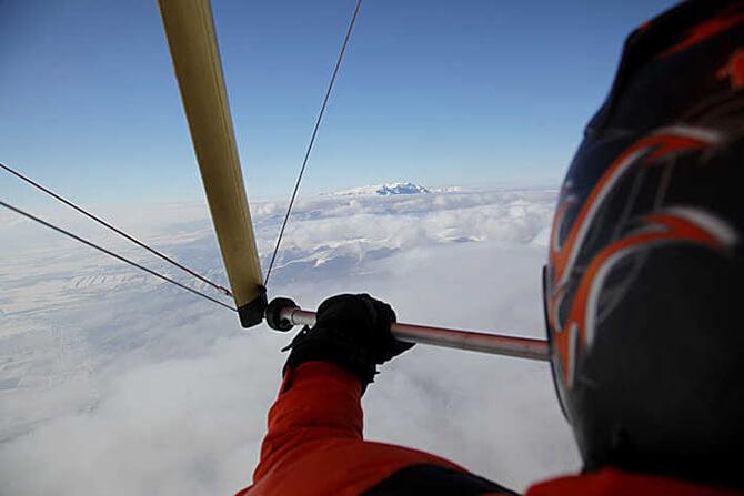 lot paralotnią ponad górskimi chmurami