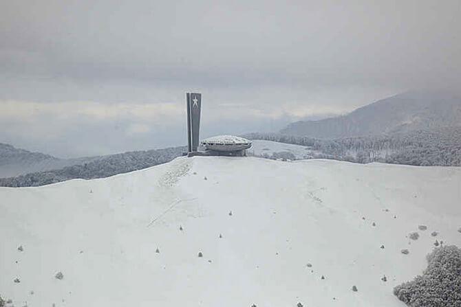 budynek na górskim szczycie