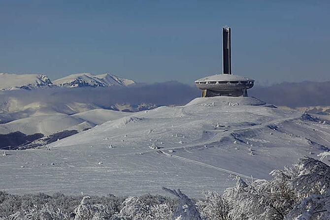 budynek na górskim szczycie na tle gór