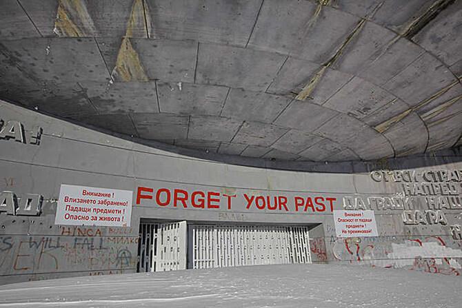 wejście do porzuconego monumentu