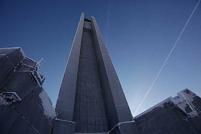 widok na wieżę zjej podnóża