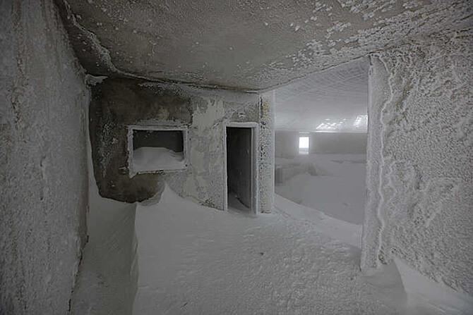 zasypane śniegiem pomieszczenia