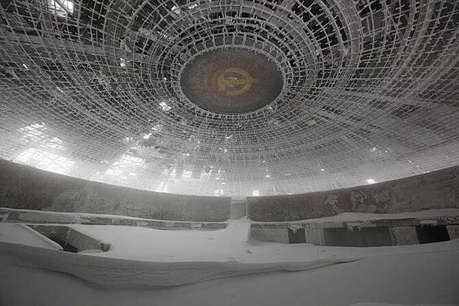 ogromna aula zasypana śniegiem