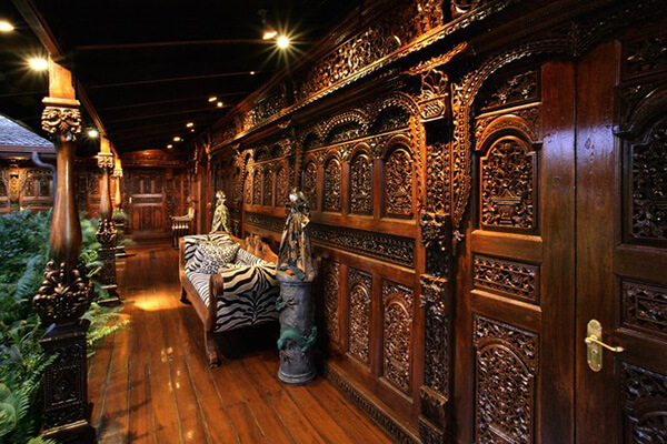 drewniana ściana rzeźbiona wstylu balijskim