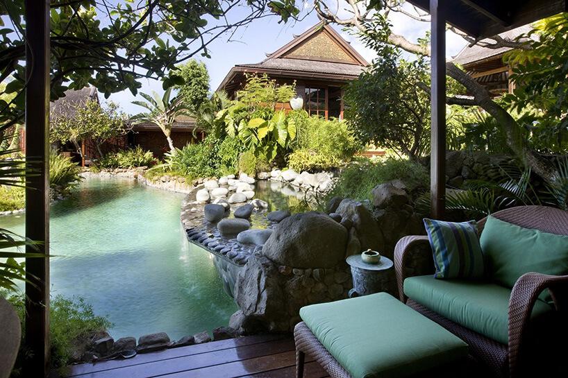 oaza nad basenem Davida Bowie