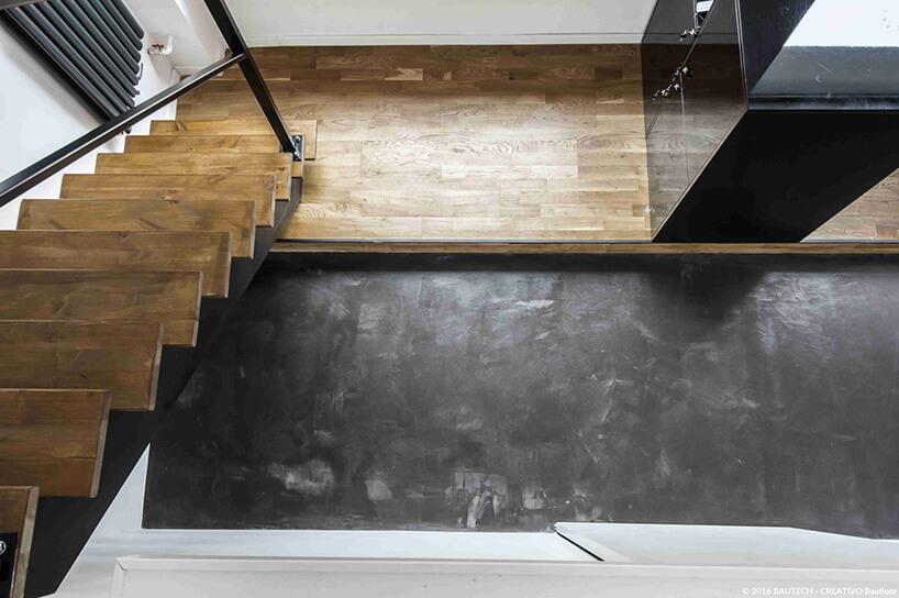 czarny polimer na betonowej podłodze