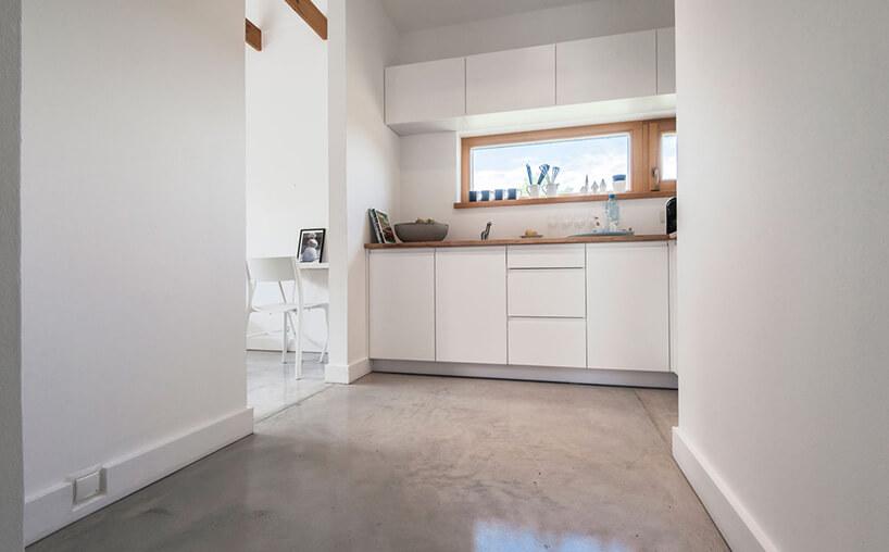 betonowa podłoga wbiałej kuchni