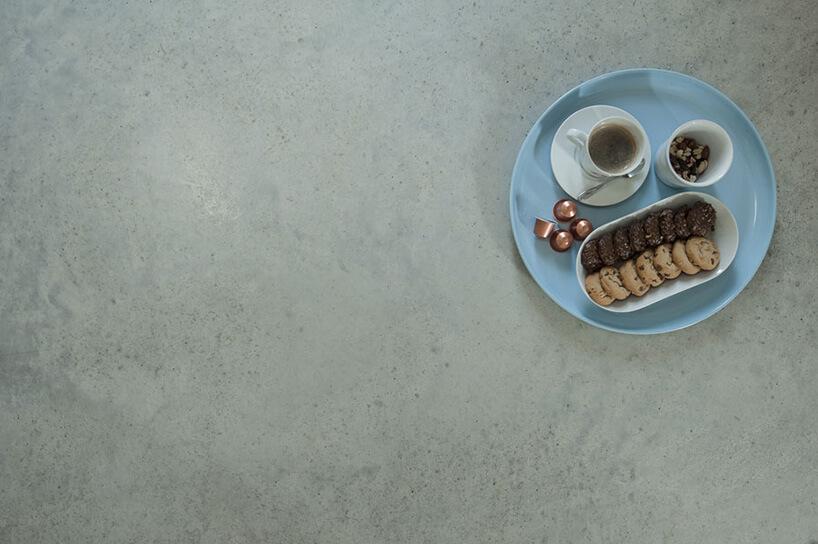 talerz ze śniadaniem na betonowej podłodze