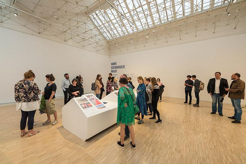 grupa odwiedzających podczas Poznań Design Festiwal 2018