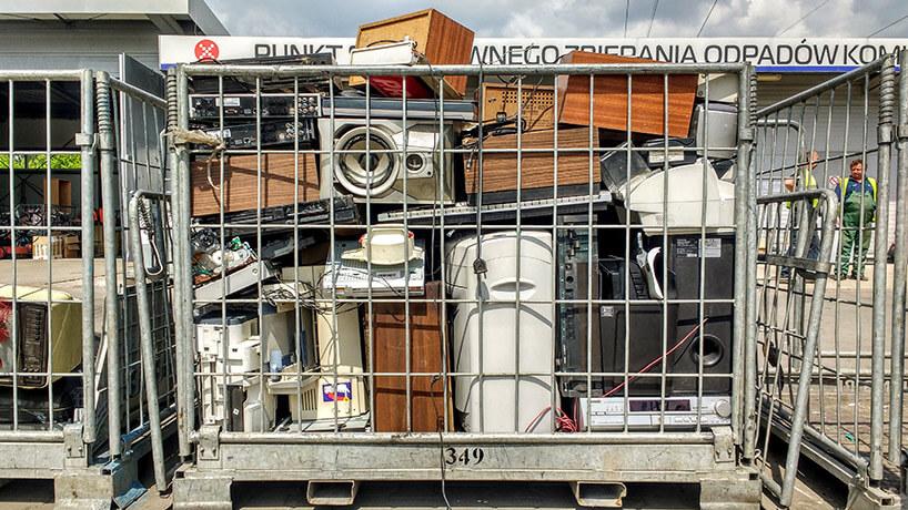 siatkowe kontenery pełne starego sprzętu elektronicznego