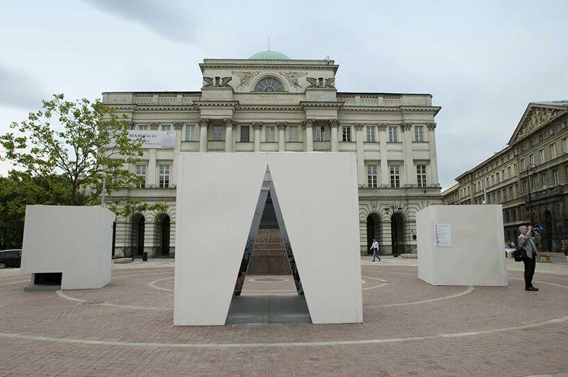 biała instalacja na placu głównym