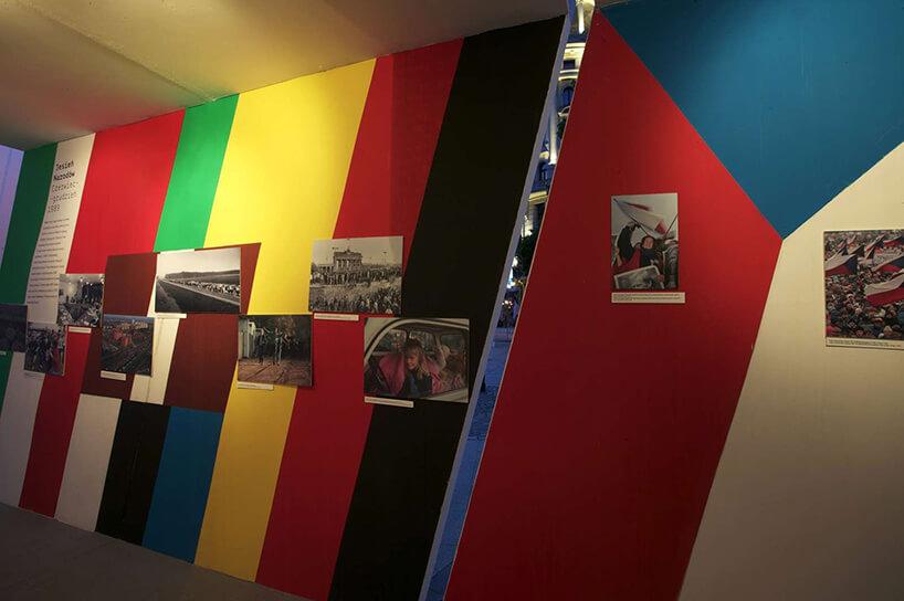 kolorowa ściana wpasy ze szczeliną