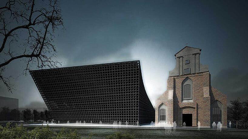 czarny budynek zblachy zbrązowym kościołem obok