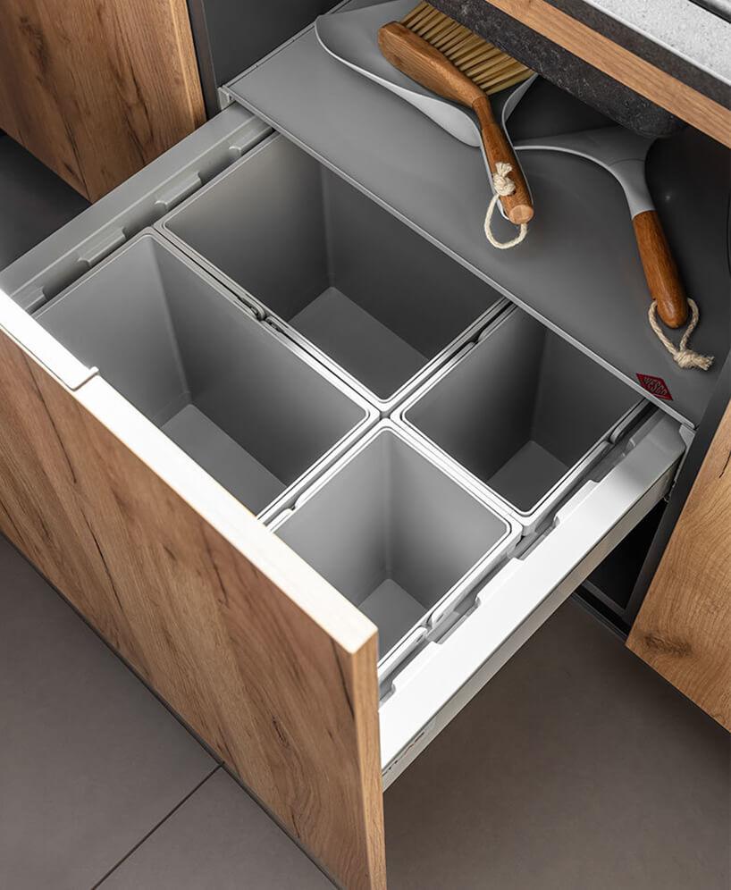 szare pojemniki organizer wgłębokiej szufladzie wzabudowie kuchennej
