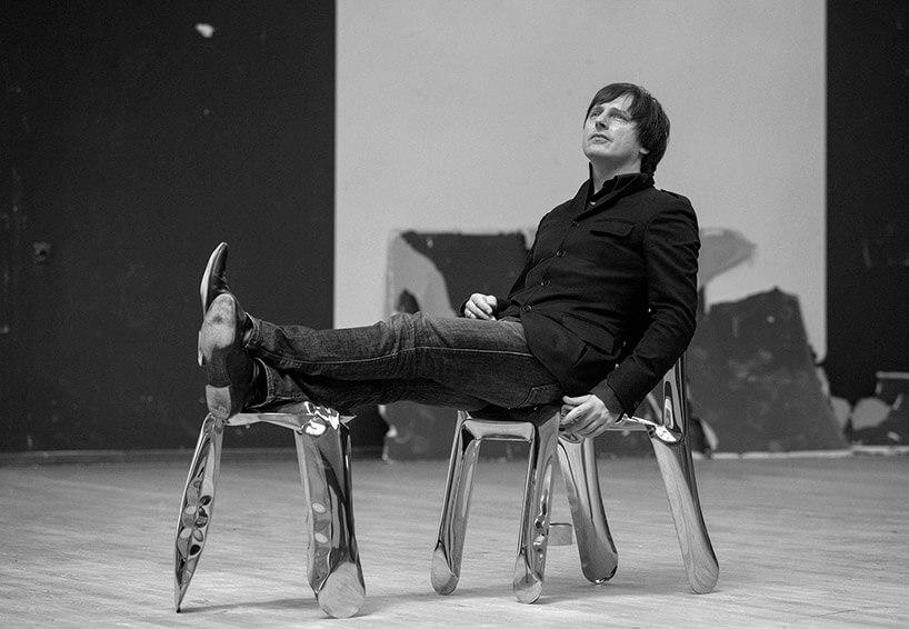 czarno-białe zdjęcie mężczyzny siedzącego na stołkach - Oskar Zięta