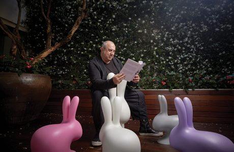 mężczyzna siedzący na plastikowy stołku w kształcie królika - Stefano Giovannoni