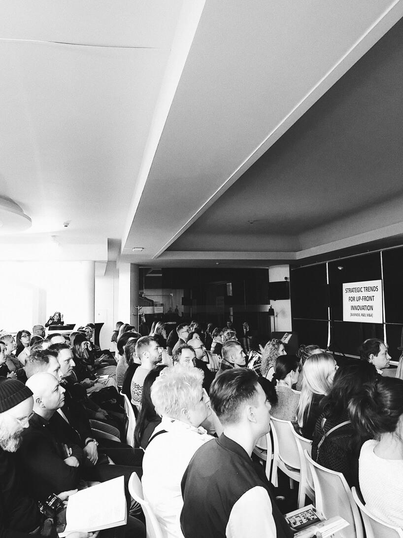 czarno-białe zdjęcie widowni podczas premiery książki VOX