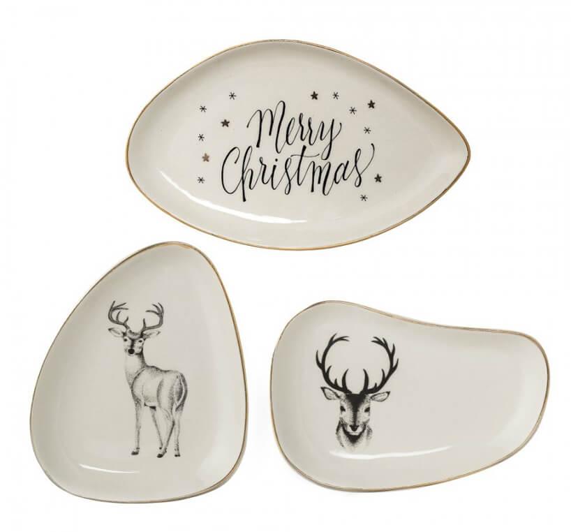 trzy beżowe talerze NOEL onieregularnych kształtach zmotywem renifera inapisem Merry Christmas