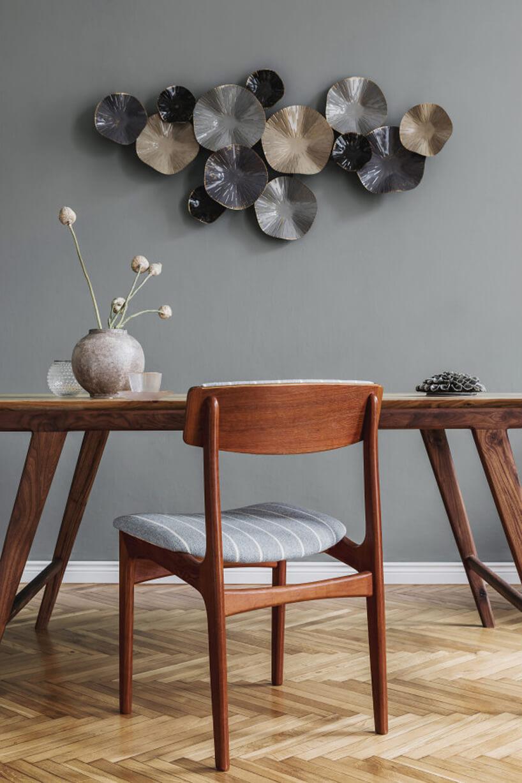 Dekoracja Kioko od Lene Bjerre na szarej ścianie na drewnianym stołem