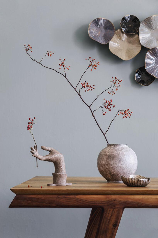 ozdoba Kioko od Lene Bjerre na ścianie na drewnianym stołem