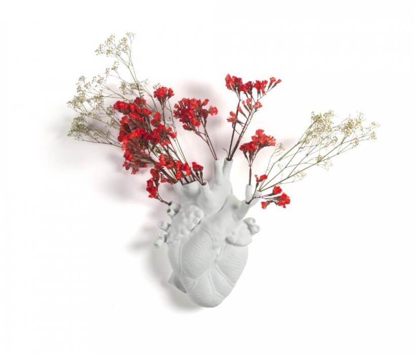 biały wazon LOVE IN BLOOM od Seletti wkształcie organu zwłożonymi suchymi kwiatami