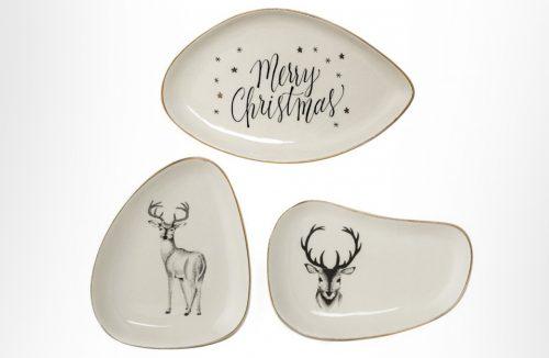 trzy beżowe talerze NOEL o nieregularnych kształtach z motywem renifera i napisem Merry Christmas