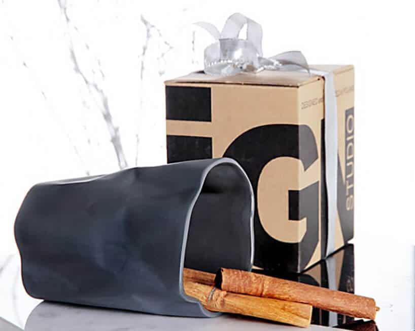 kartonowe pudełko obok szarego pogiętego kosza