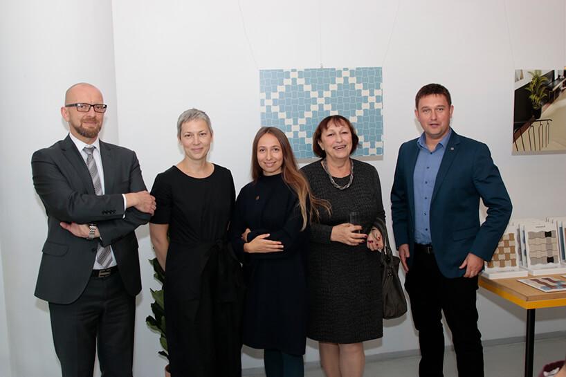 pięć osób podczas prezentacji kolekcji Modernizm od Ceramiki Paradyż